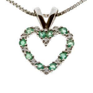Julie hjerte i hvitt gull 0,05 tw/si og smaragder.